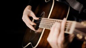 322326_gitara_ruki_akustika_struny_1920x1080_(www.GetBg.net)